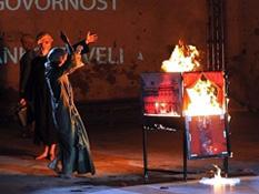 Euripid, Bakhe, red. Oliver Frljić, foto: Petar Fabijan, www.novilist.hr (16. Međunarodni festival malih scena u Rijeci)