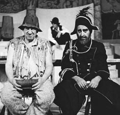 Josip Marotti i Pero Kvrgić kao Janez i Štijef u Kraljevu Miroslava Krleže, Zagrebačko dramsko kazalište / Dramsko kazalište Gavella, Zagreb, 1970.