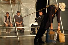 Teatrul National Radu Stanca, Sibiu, Rumunjska; Samuel Beckett, U očekivanju Godota, red. Silviu Purcăretefoto: © Claudiu Rusu, Scott Eastman